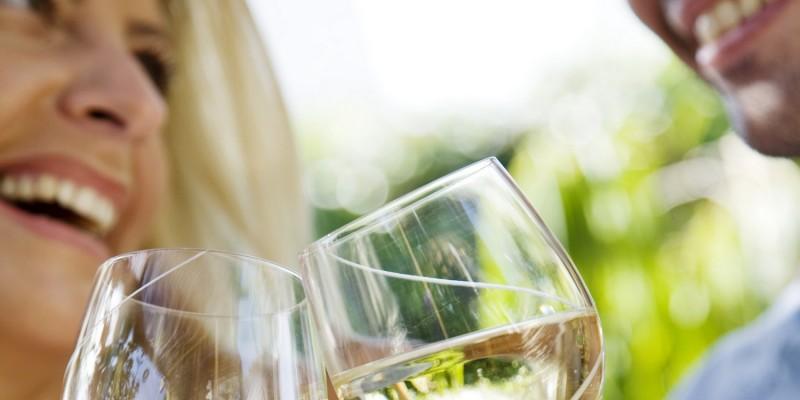 Anstossen mit einem Gläschen Wein