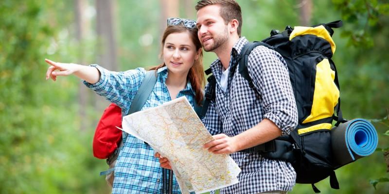 Gruppe beim Wandern im Wald