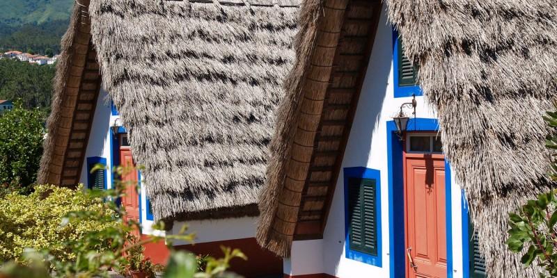 Bunte Ferienhäuser mit Reetdach