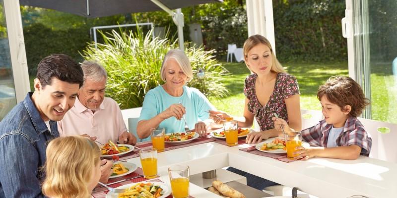 Gemeinsames Essen mit der ganzen Familie